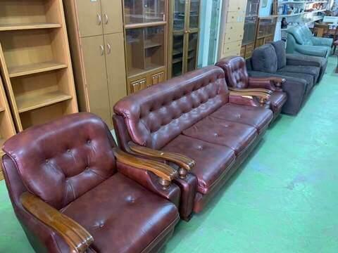 しろいとりに並ぶ家具